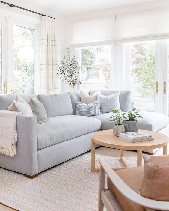 Sala com sofá simples de canto