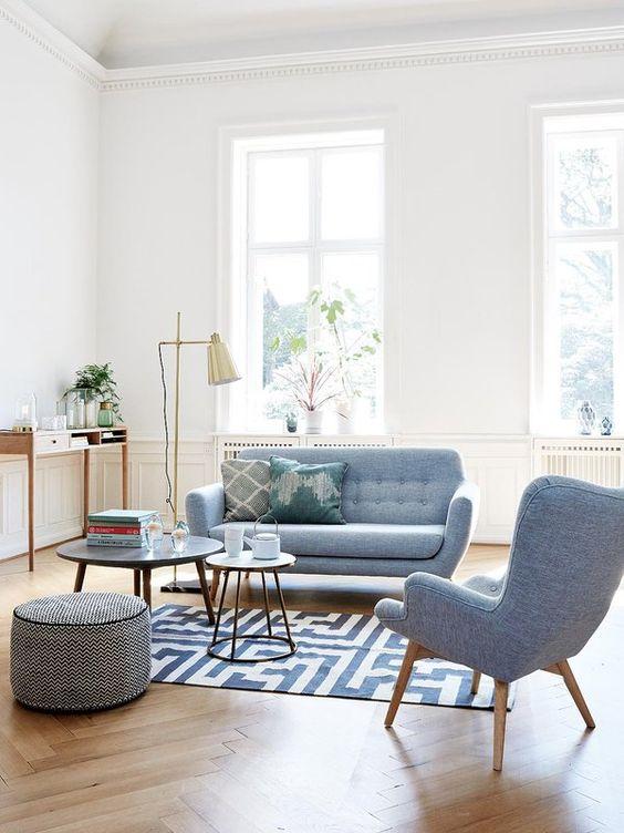 Sofá e poltrona retrô na cor azul
