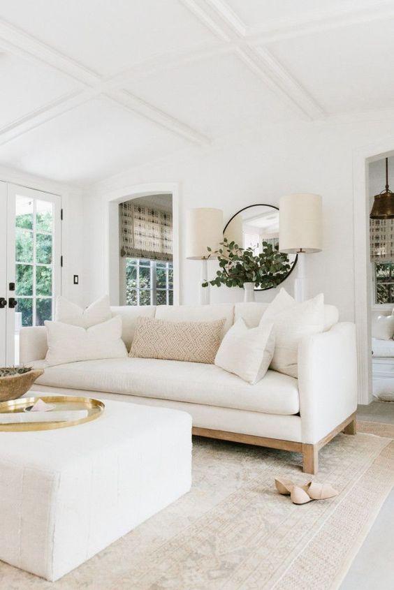Sala neutra com sofá branco