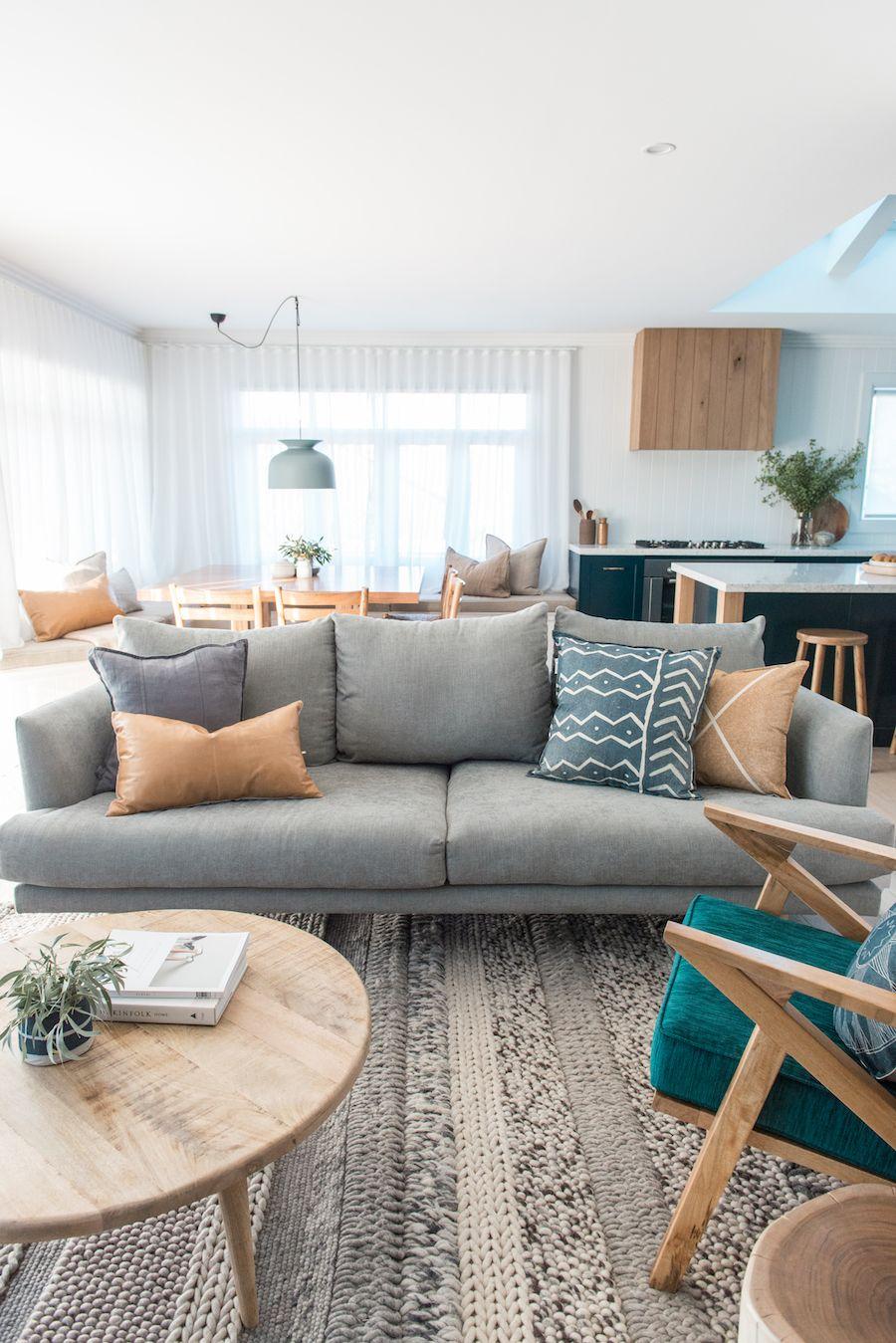 Sala com sofá simples e almofadas estampadas modernas