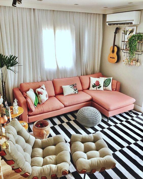 Sofá de canto rosa na sala moderna