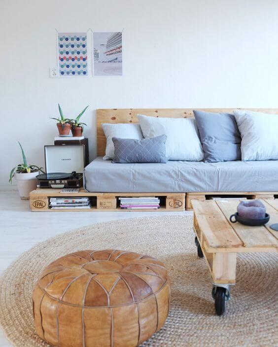 Sala com sofá pequeno e simples