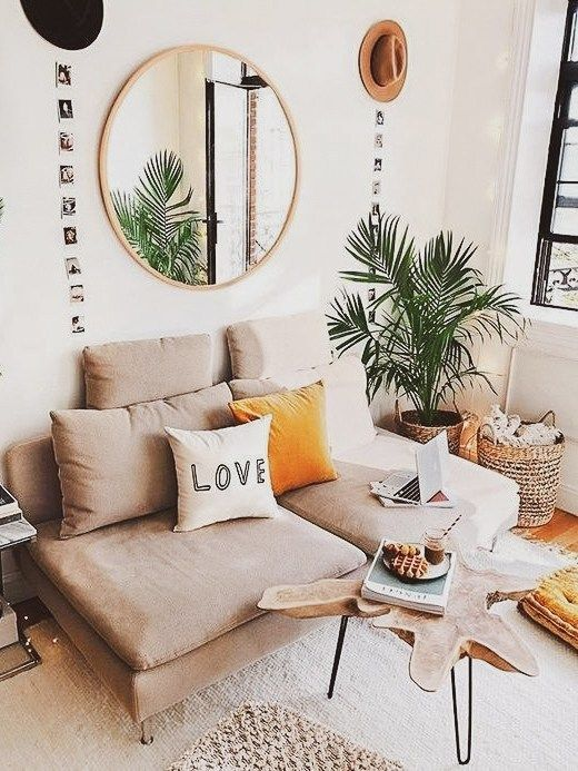 Sofá pequeno e minimalista na sala neutra