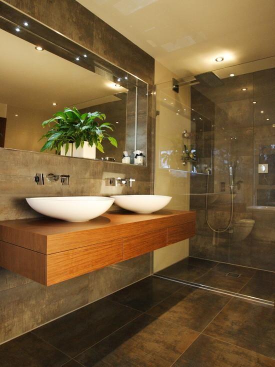 Banheiro com porcelanato que imita madeira