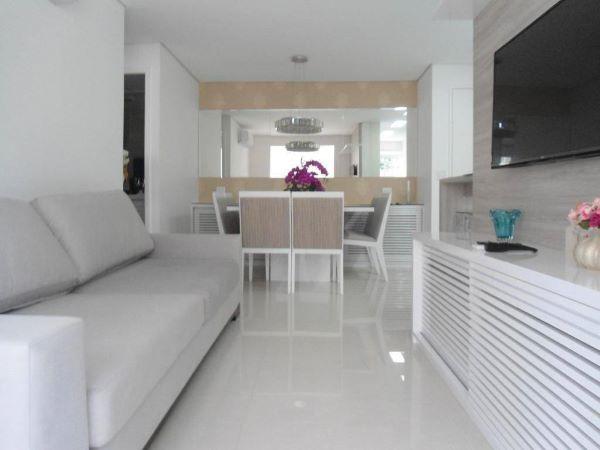 Sala de estar com porcelanato branco