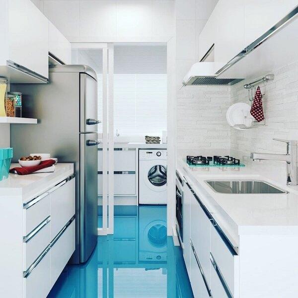 Porcelanato azul na cozinha branca