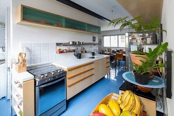 Cozinha azul com porcelanato líquido