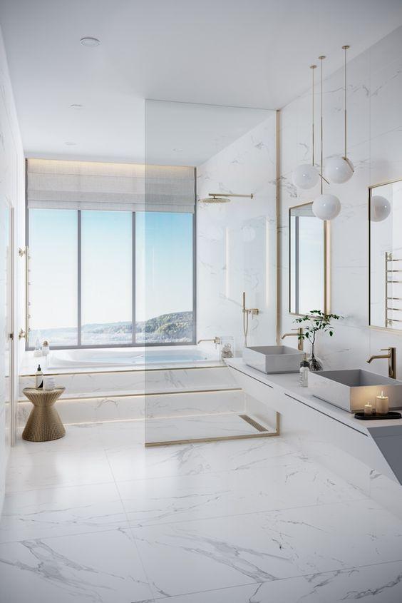 Banheiro elegante com porcelanato claro