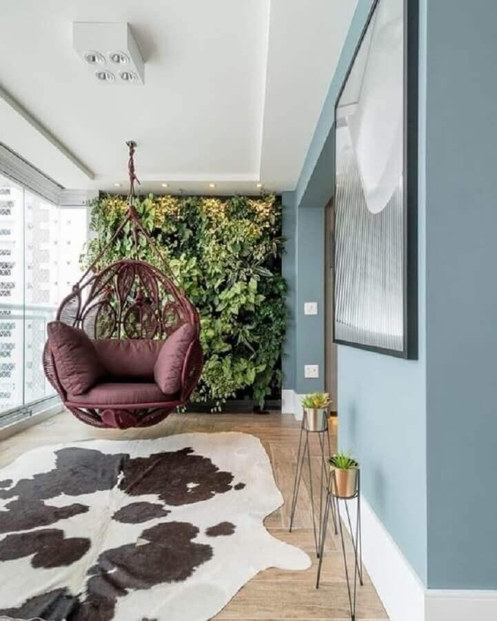 varanda de apartamento decorada com balanço suspenso e jardim vertical Foto Pinterest