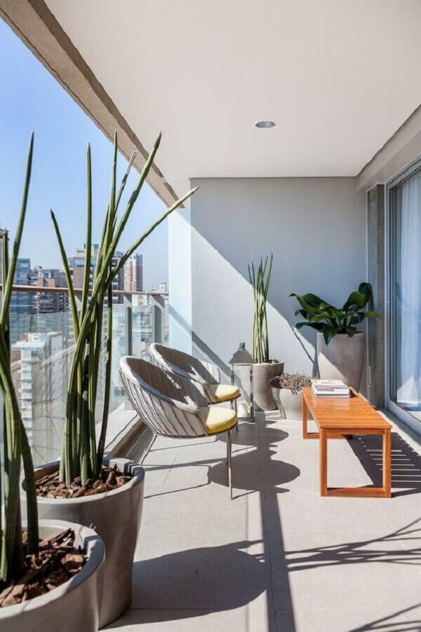 varanda de apartamento decorada com banco de madeira e poltronas modernas Foto Casa de Valentina