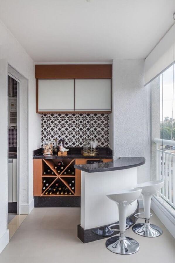 varanda de apartamento decorada com barzinho  Foto Histórias de Casa