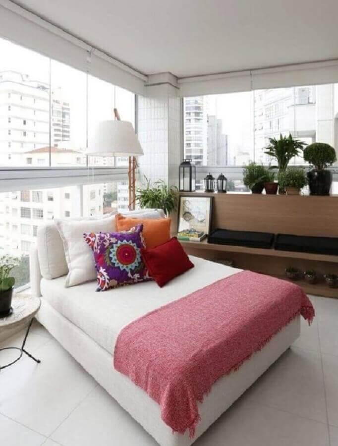 varanda de apartamento decorada com divã confortável Foto Pinterest