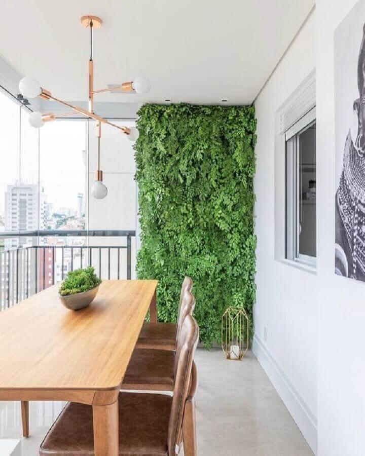 varanda de apartamento decorada com jardim vertical e lustre pendente moderno Foto Decor Salteado