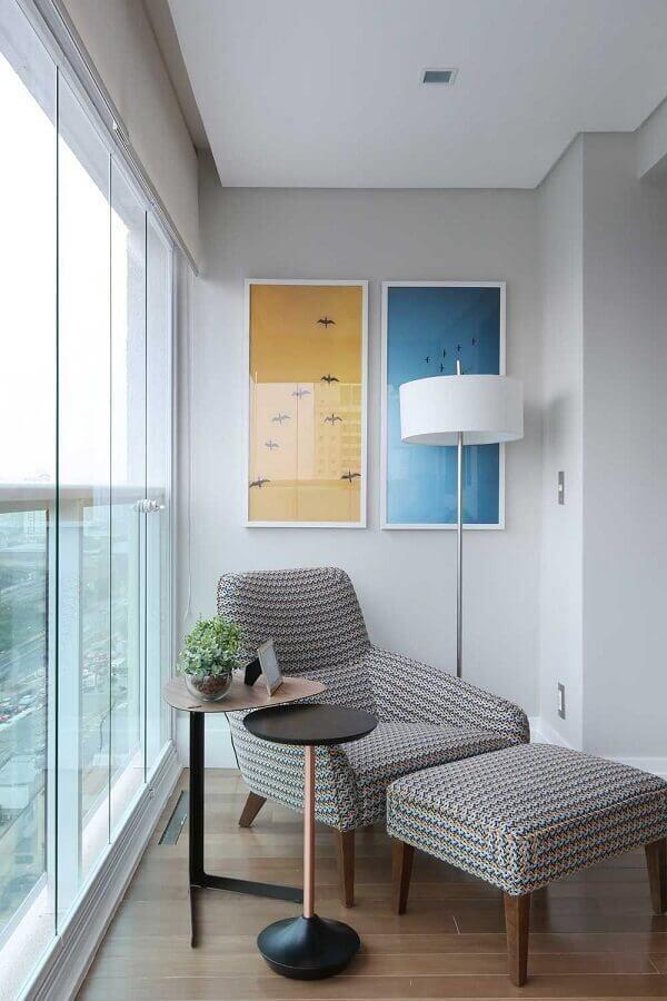 varanda de apartamento decorada com poltrona confortável e abajur de chão  Foto Histórias de Casa