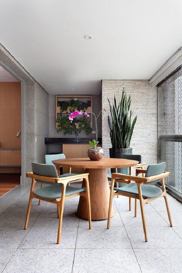 varanda de apartamento decorada com vaso grande de chão e mesa redonda de madeira Foto Casa de Valentina