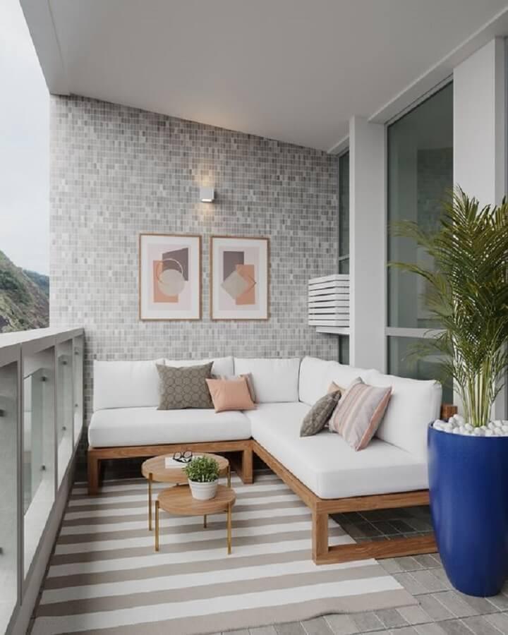varanda de apartamento decorada com vaso grande de chão e sofá de canto de madeira Foto LVA Home