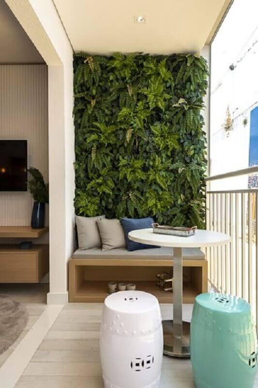 varanda de apartamento pequeno decorada com jardim vertical e banco de madeira  Foto Histórias de Casa
