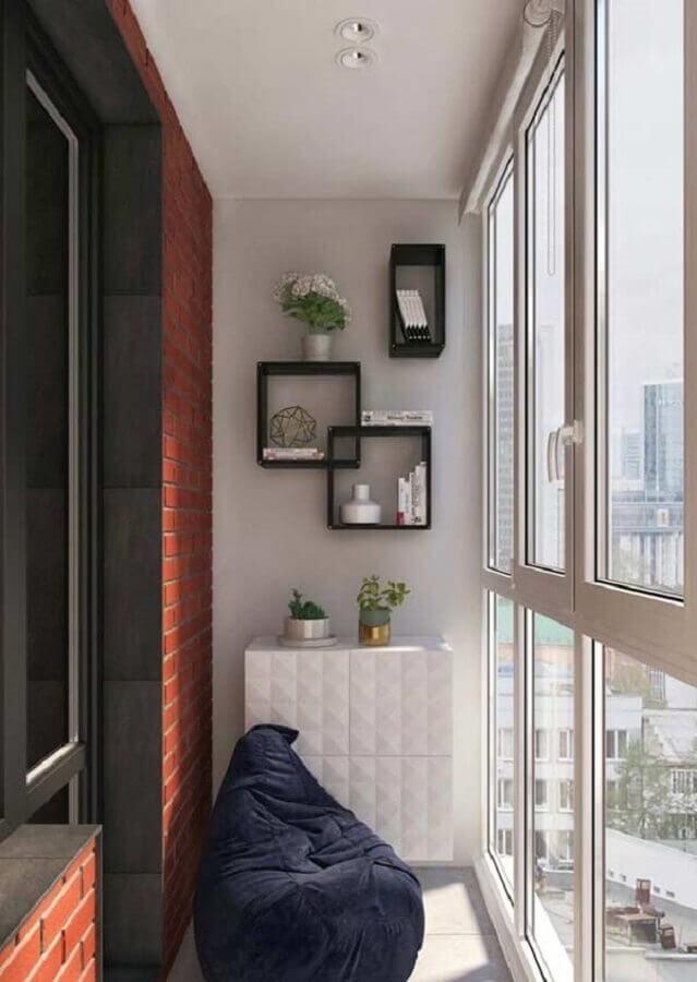 varanda pequena decorada com puff grande e nichos pretos Foto Pinterest