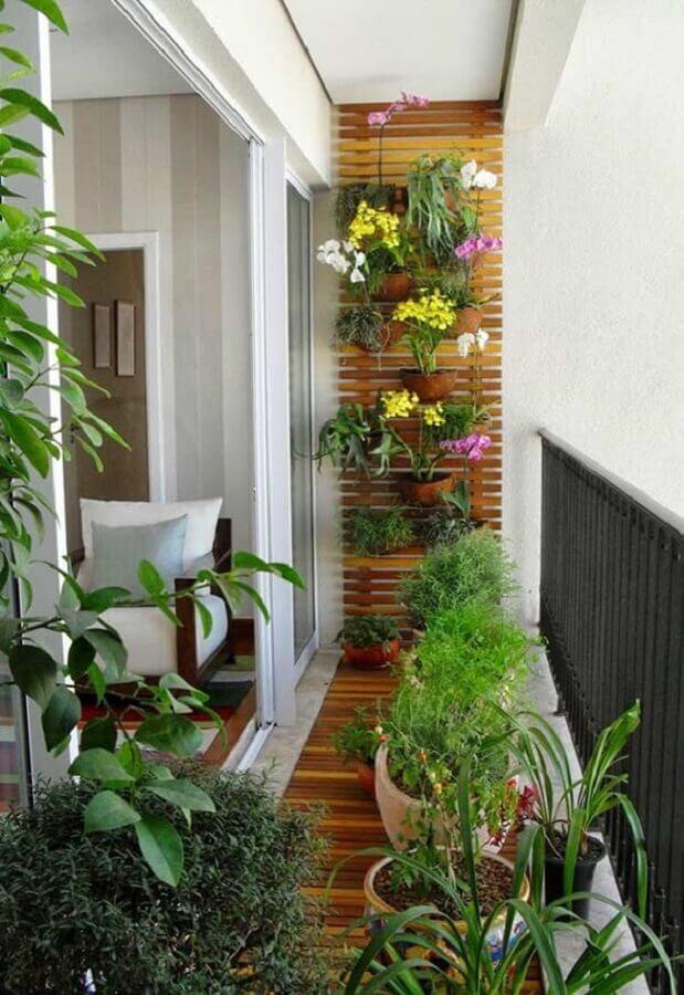 varanda pequena decorada com vasos de plantas e jardim vertical Foto Planete Deco