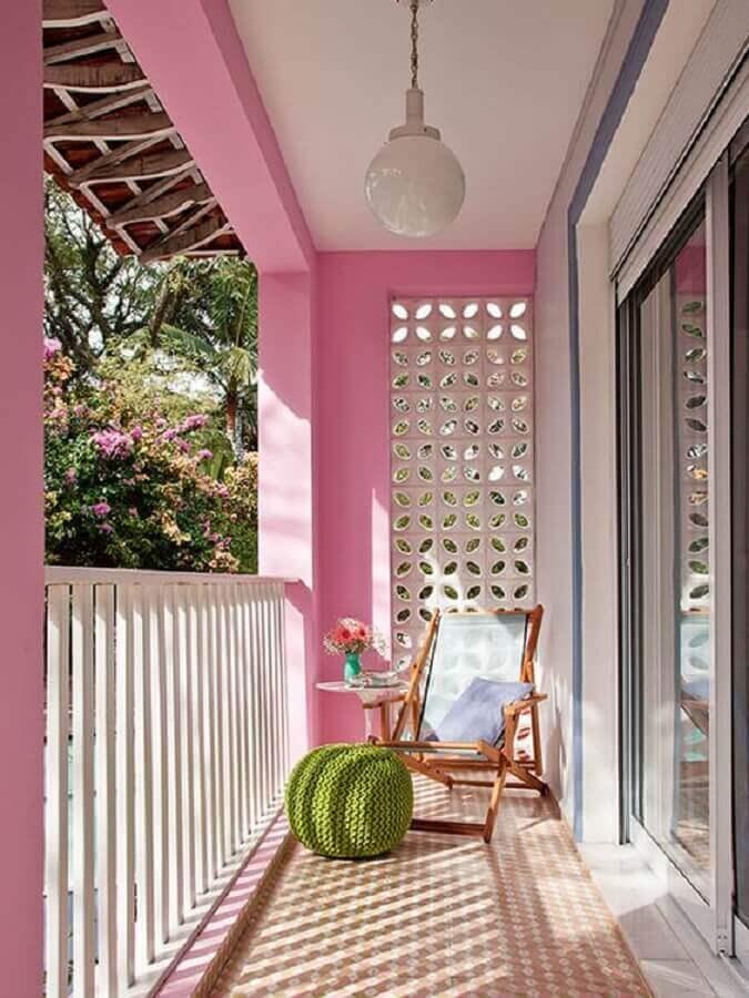 varanda pequena simples cor de rosa decorada com cadeira de madeira e puff de crochê Foto Steal The Look