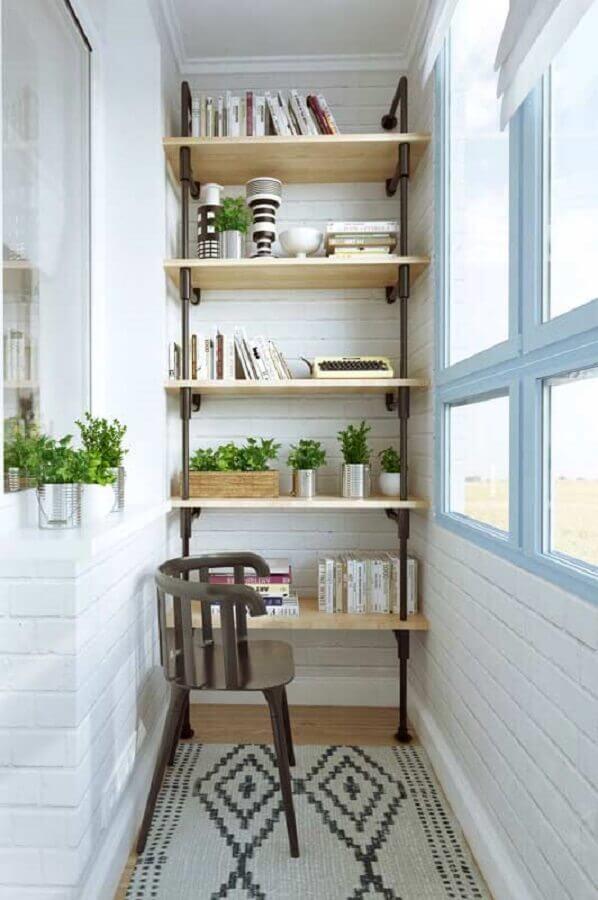 varanda pequena simples decorada com estante para livros e plantas e cadeira de madeira  Foto Histórias de Casa