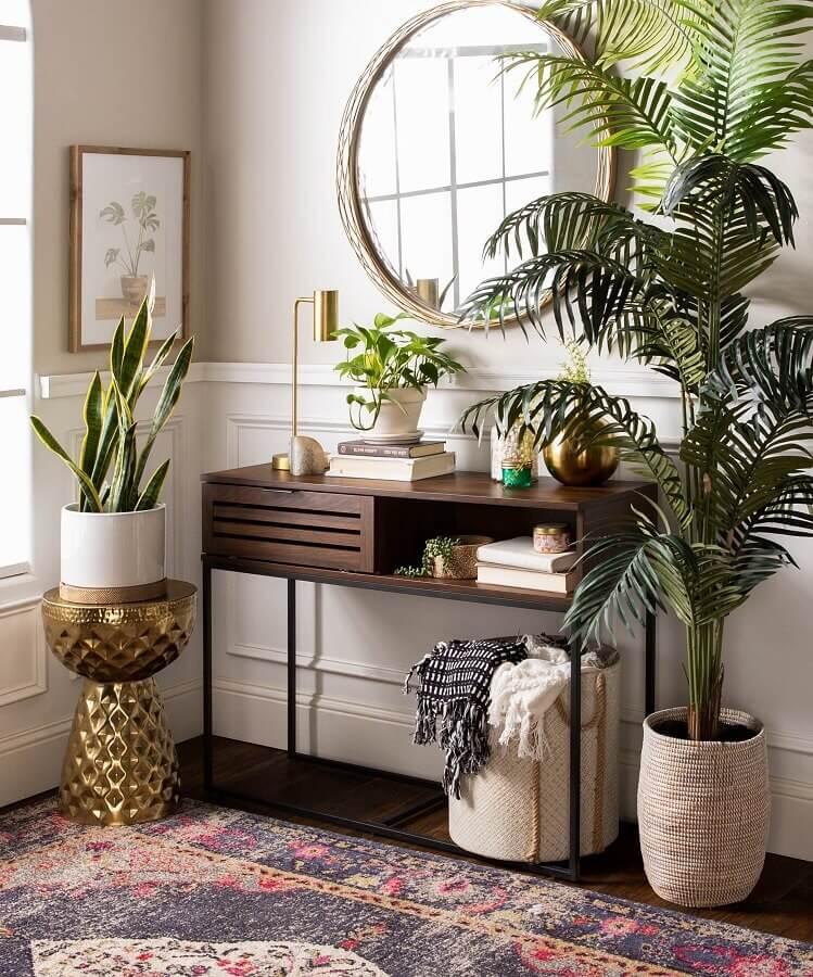 vasos de plantas e aparador pequeno de madeira para decoração de hall Foto Home Fashion Trend