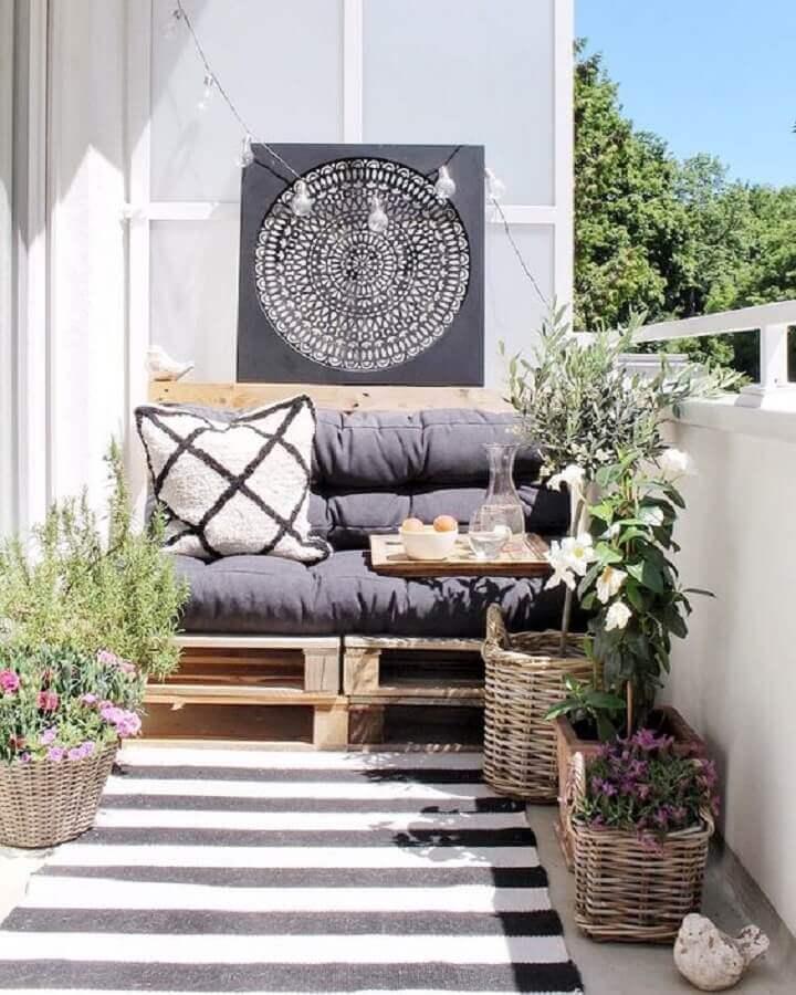 vasos de plantas e poltrona de madeira para varanda simples decorada Foto My Domaine