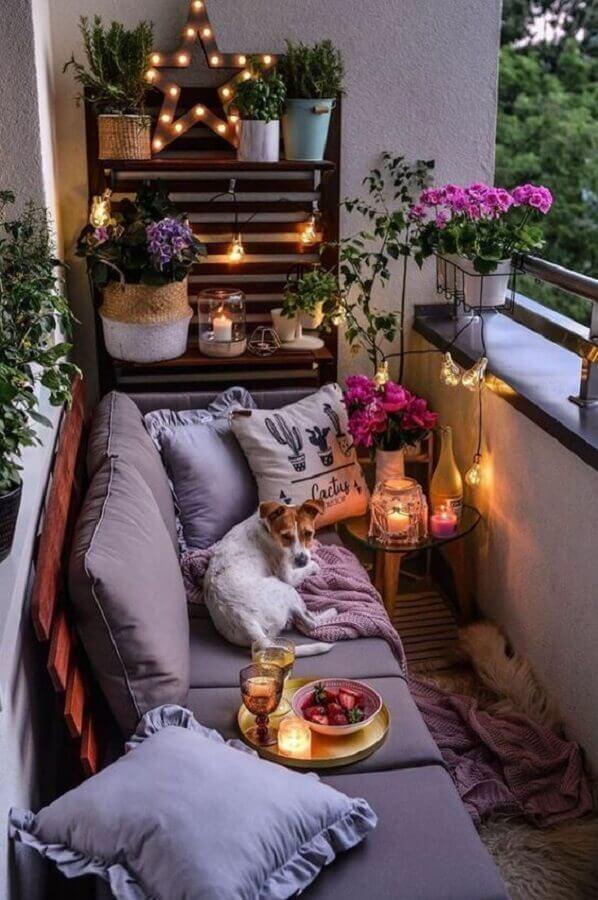 vasos de plantas e sofá de madeira para decoração de varanda pequena Foto Terrários & Suculentas