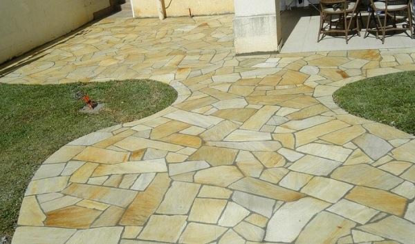 Área de lazer pequena com pedra São tomé amarela