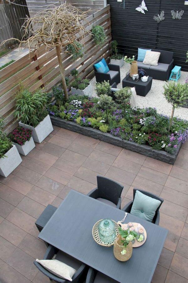 Área externa decorada com mesas e cadeiras confortáveis