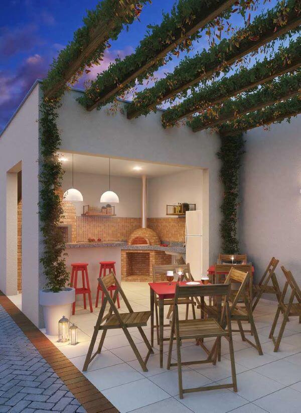 Área gourmet com churrasqueira pequena e forno de pizza
