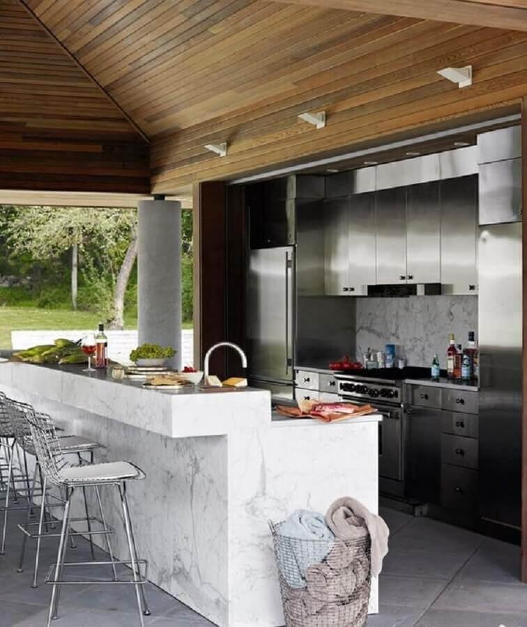 Área gourmet moderna decorada com bancada de mármore branco