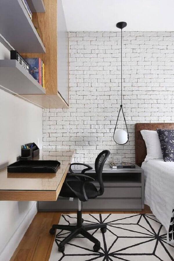 Bancada suspensa para home office no quarto moderno decorado com parede tijolinho branco