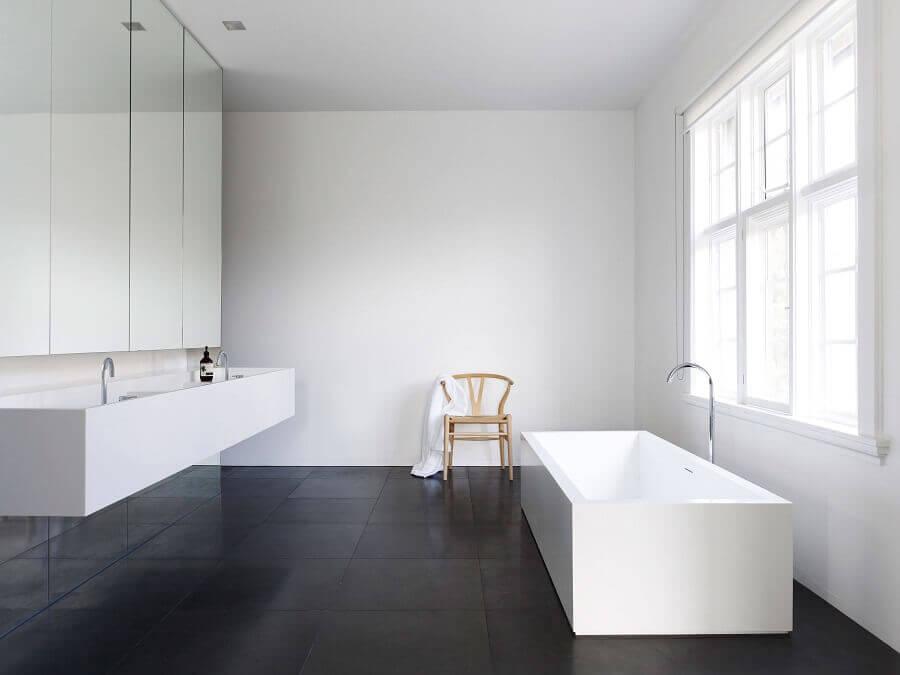Banheiro minimalista decorado com piso preto