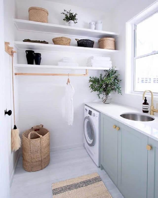 Decoração clean com prateleira para lavanderia planejada