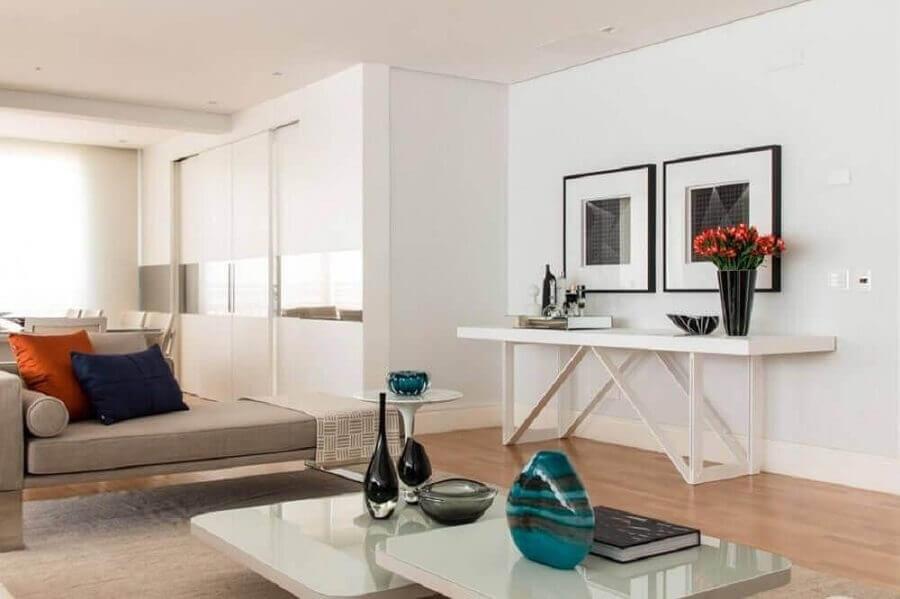 Aparador branco para sala de estar ampla decorada com almofadas coloridas