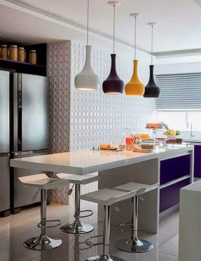 Banquetas para bancada de cozinha decorada com luminária pendente colorida
