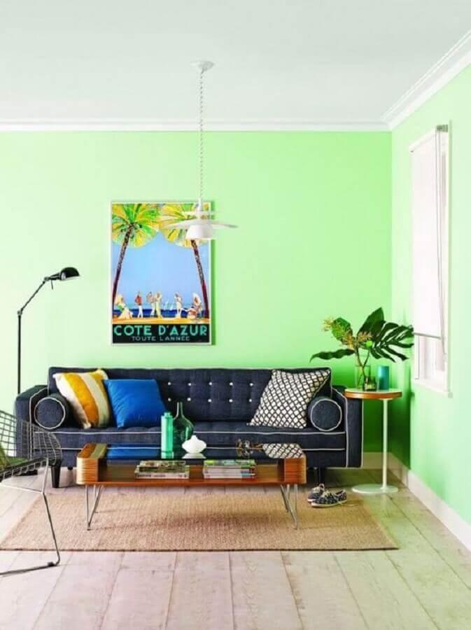 Decoração de sala de estar com parede verde claro