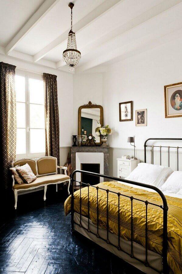 Piso preto para quarto de casal decorado com cama de ferro