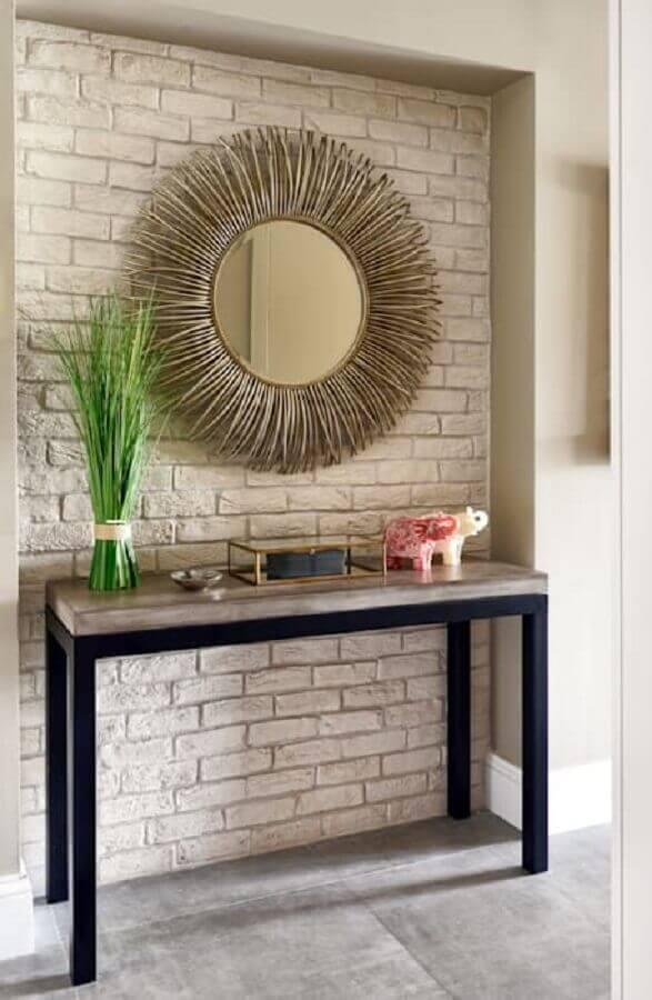Aparador com espelho redondo para decoração de corredor rústico