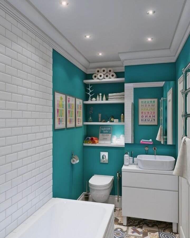 Decoração de banheiro pequeno na cor verde água e branco