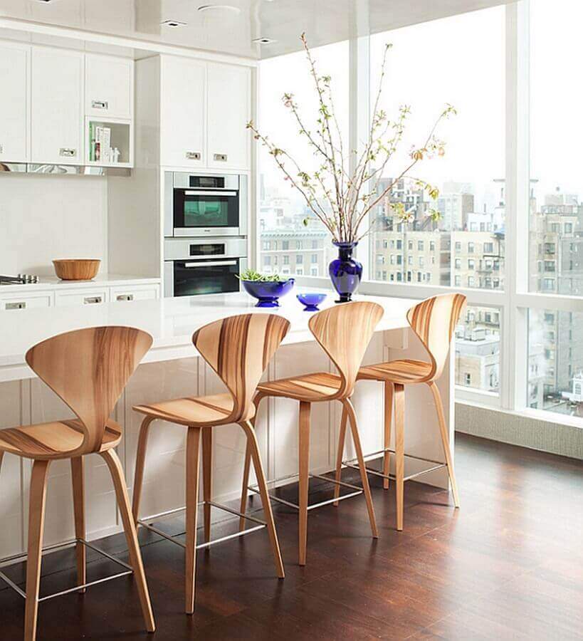 Banquetas para bancada de madeira em varanda gourmet branca moderna