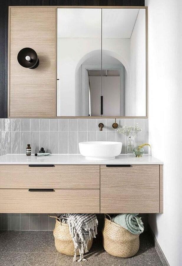 Decoração amadeirada com armário de banheiro pequeno com cuba redonda