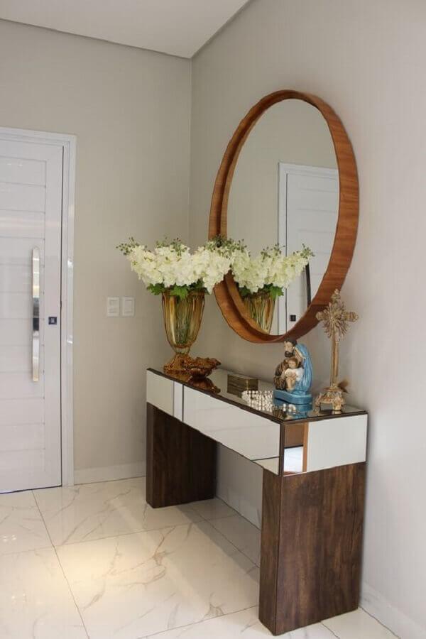 Decoração com aparador com espelho redondo para hall de entrada