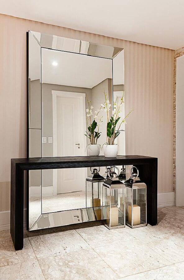 decoração de hall de entrada com papel de parede listrado e aparador com espelho grande apoiado no chão