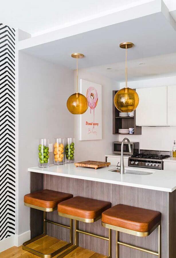 Decoração clean com banquetas estofadas para bancada de cozinha pequena branca