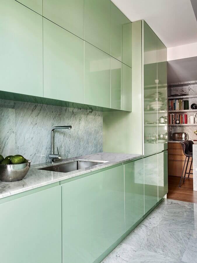 Decoração de cozinha moderna com armários planejados na cor verde claro