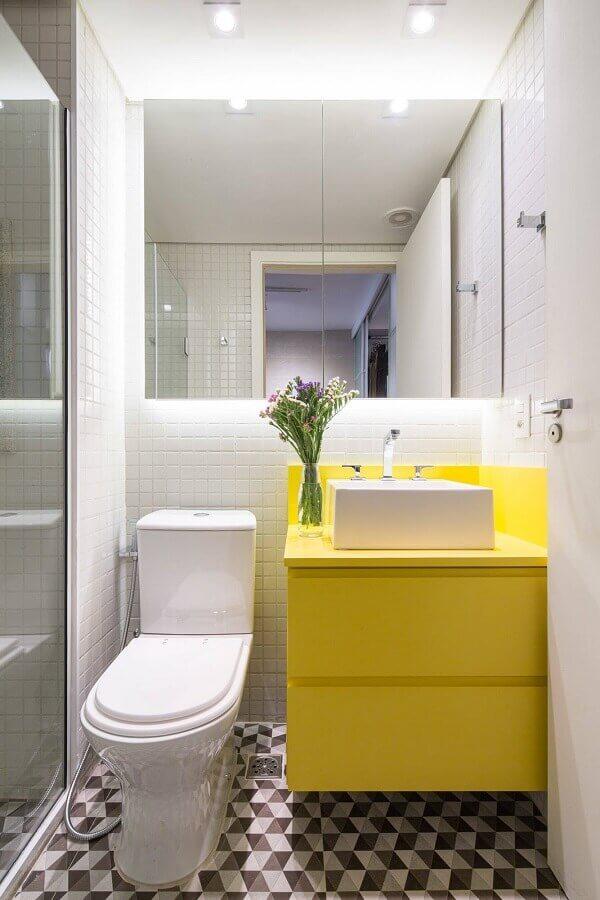 Decoração clean com armário de banheiro planejado pequeno amarelo e branco