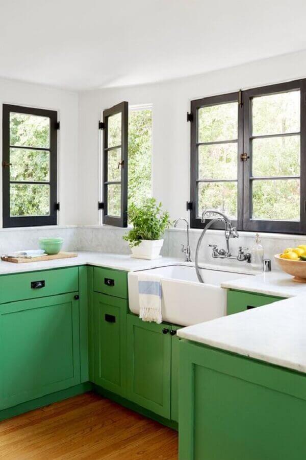 Decoração de cozinha clássica com armário planejado na cor verde