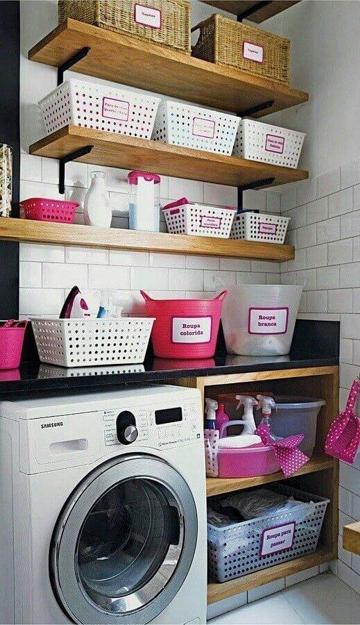 Prateleira de madeira para lavanderia pequena decorada com cestos organizadores